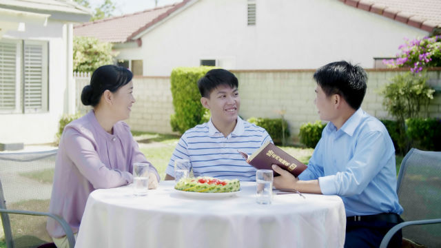 Cristãos leem a Palavra de Deus juntos