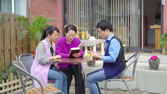Cristãos lendo as palavras de Deus em casa