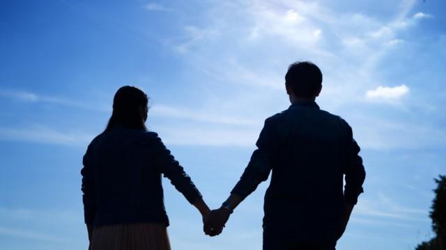 Vendo através das tendências malignas, ela estabelece visões corretas sobre o casamento