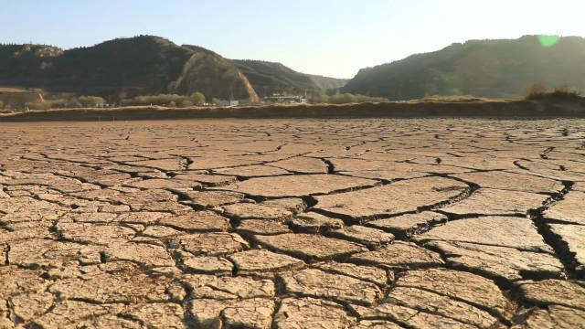 A aparição de guerra, fome e terremotos